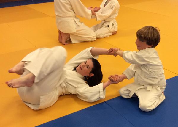 Léana subissant un kokyu hô d'enfer lors d'une rencontre avec le cours Enfants
