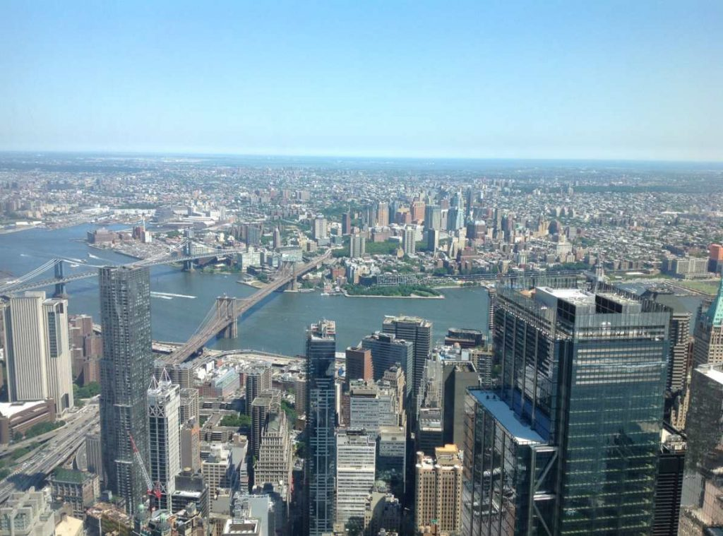 c'est la vue du haut de la tour, on aperçoit le fameux pont de Brooklyn).