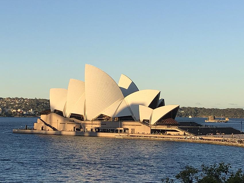 Sydney, capitale de la Nouvelle-Galles du Sud et l'une des plus grandes villes d'Australie, est renommée pour son opéra situé dans le port, avec son design distinctif en forme de voiles.