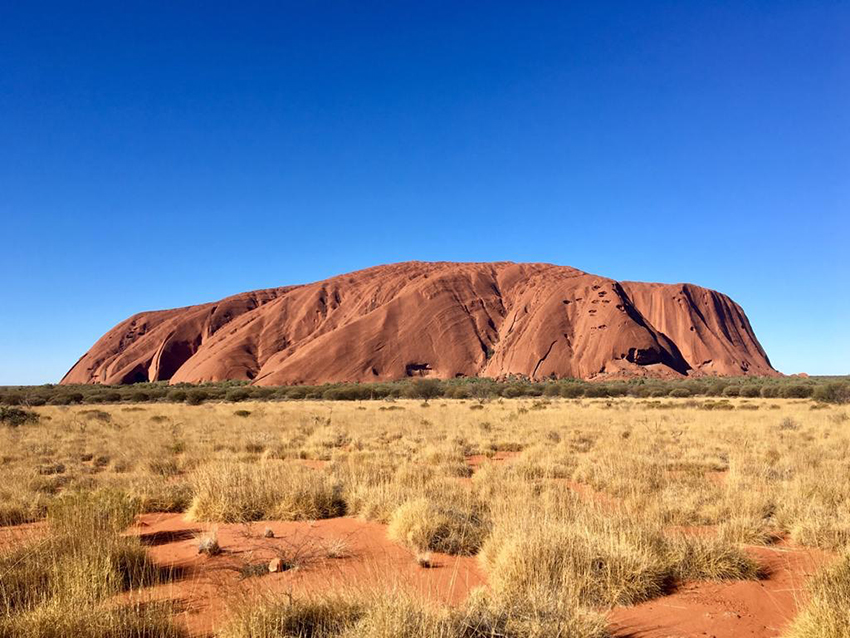 Uluru, également connu en anglais en tant que Ayers Rock, est un symbole de l'Australie et lieu sacré aborigène.