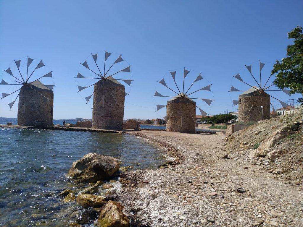 Il a succombé aussi au charme rythmé des moulins de Chios, son côté Don Quichotte sans doute.
